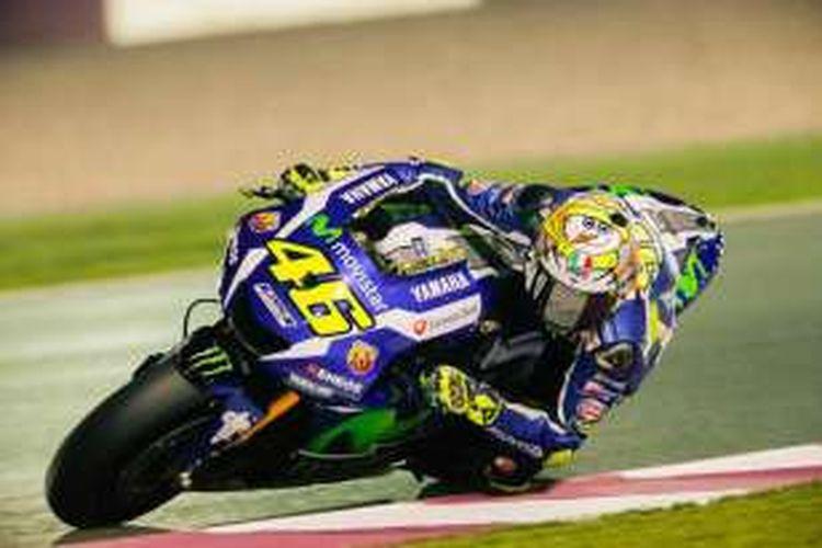 Pebalap Movistar Yamaha asal Italia, Valentino Rossi, memacu motornya pada hari pertama tes pramusim di Sirkuit Losail, Qatar, Rabu (2/3/2016).