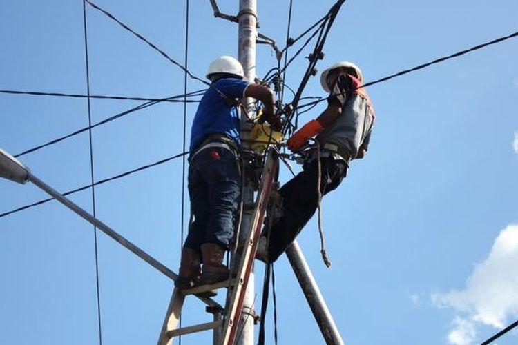 Ilustrasi pemasangan jaringan listrik PLN. Cara cek tagihan listrik dan bagaimana cara cek tagihan listrik PLN.