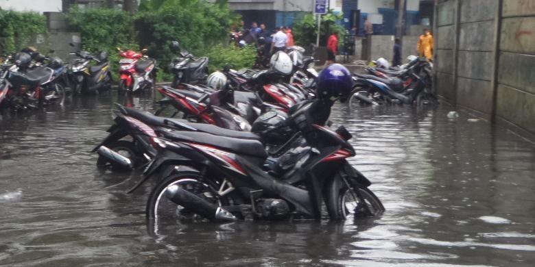 Puluhan motor yang terparkir di Jalan Thamrin, yaitu di wilayah Batu Raja terendam banjir, Selasa (30/8/2016)
