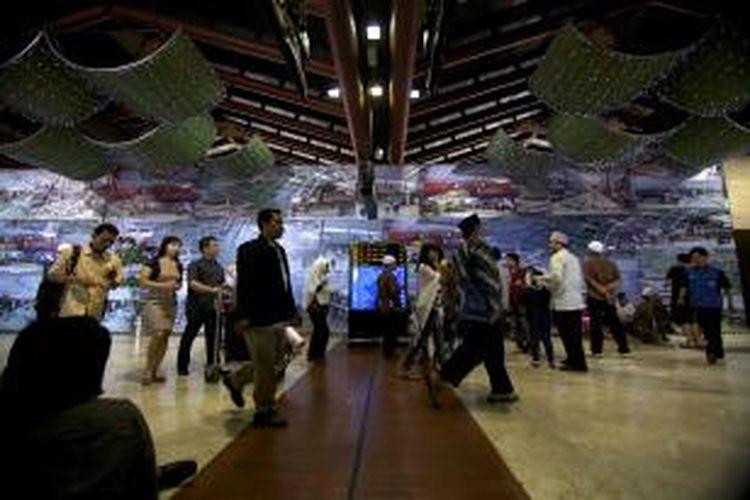 Penumpang menuju pintu keberangkatan di Bandara Soekarno-Hatta, Banten, Minggu (17/6/2012). Data dari Airports Council Internasional menyebutkan Bandara Internasional Soekarno-Hatta tercatat sebagai bandara dengan pertumbuhan tertinggi di dunia sebesar 19,2 persen pada tahun 2011. Jumlah penumpang yang dilayani 52,44 juta orang.