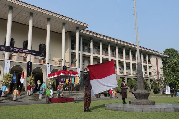 Universitas Gadjah Mada (UGM) Yogyakarta memperingati Hari Pendidikan Nasional (Hardiknas) di Balairung UGM, Minggu (2/5/2021).
