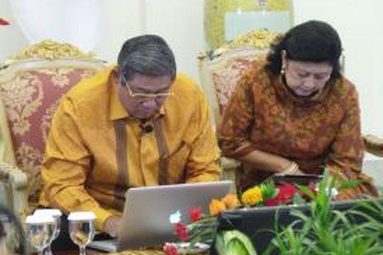 Presiden Susilo Bambang Yudhoyono mengetik melalui laptop posting perdananya di Fan Page Facebook yang resmi diluncurkan di Istana Bogor, Jawa Barat, Jumat (5/7/2013). Ibu Negara, Ani Yudhoyono, yang duduk disampingnya membacakan pesan yang mesti diketik Presiden.