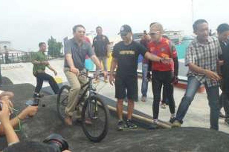Calon gubernur DKI Jakarta Basuki Tjahaja Purnama bermain sepeda di RPTRA dan RTH Kalijodo, Sabtu (17/12/2016).