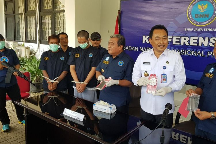pers conference terkait penangkapan dua pelaku penyalahgunaan narkotika di Kantor BNNP Jateng, Senin (9/4/2018), salah satu pelaku tenaga pendidik di salah satu pesanten di Solo.