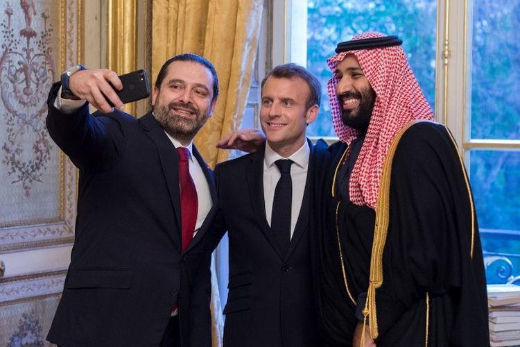 Pangeran Arab Saudi Mohammed bin Salman (kanan), berswafoto dengan Presiden Perancis Emmanuel Macron dan Perdana Menteri Lebanon, Saad Hariri di Istana Kepresidenan Perancis di Paris, Senin (10/4/2018).