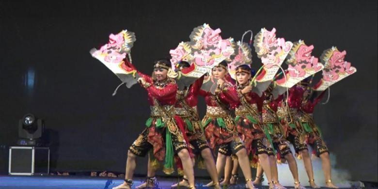 Salah satu peserta Festival Jaranan di Trenggalek, Jawa Timur, Sabtu (27/8/2016), membawakan Tarian Jaranan Turonggo Yakso.