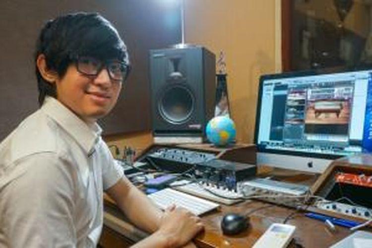 Eka Gustiwana di studio musik yang menjadi ruang kerjanya