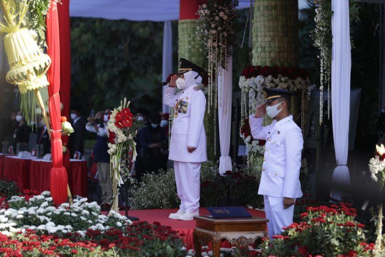 Wali Kota Surabaya Tri Rismaharini saat bertindak sebagai inspektur upacara HUT ke-75 Kemerdekaan Indonesia di Balai Kota Surabaya, Senin (17/8/2020).