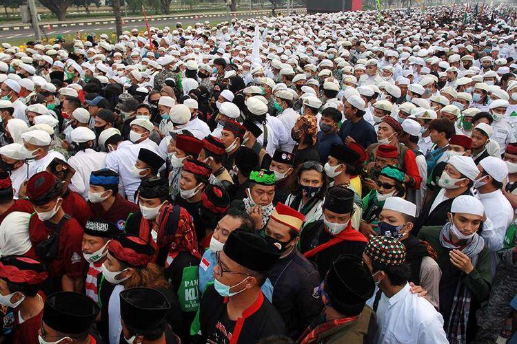 Massa dari berbagai daerah memadati akses tol menuju bandara Soekarno Hatta di Tangerang, Banten, Selasa (10/11/2020). Mereka bertujuan menjemput kedatangan pemimpin organisasi masyarakat (ormas) Front Pembela Islam (FPI) Rizieq Shihab