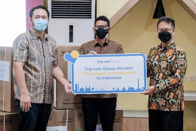 Menparekraf Sandiaga Uno secara simbolis menyerahkan donasi alat oksigen konsentrator dari Trip.com kepada Menteri Kesehatan Budi Gunadi Sadikin di Kantor Bea Cukai, Bandara Soekarno Hatta, Cengkareng, Banten Rabu (4/8/2021).