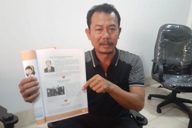 Foto Dokumentasi Disdikbud Kota Tegal: Kabid Dikdas Disdikbud Kota Tegal Budio Pradipto menunjukan salah satu buku ajar kelas V SD yang memuat konten kontroversial yang menyebut NU sebagai organisasi yang bersifat radikal, Jumat (21/2/2020)