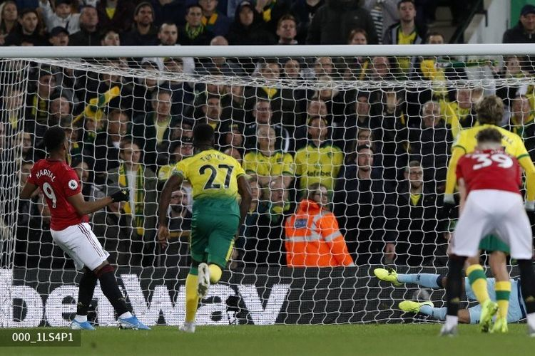 Tim Krul menggagalkan tendangan penalti Anthony Martial pada pertandingan Norwich City vs Manchester United dalam lanjutan Liga Inggris di Stadion Carrow Road, 27 Oktober 2019.