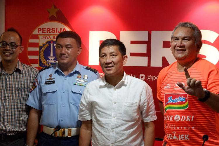 CEO Persija Jakarta, Ferry Paulus (kedua dari kanan), saat menghadiri konferensi pers jelang laga Liga 1 2019 antara Persija Jakarta Vs Persib Bandung, di SUGBK, Jakarta, Senin (8/7/2019).