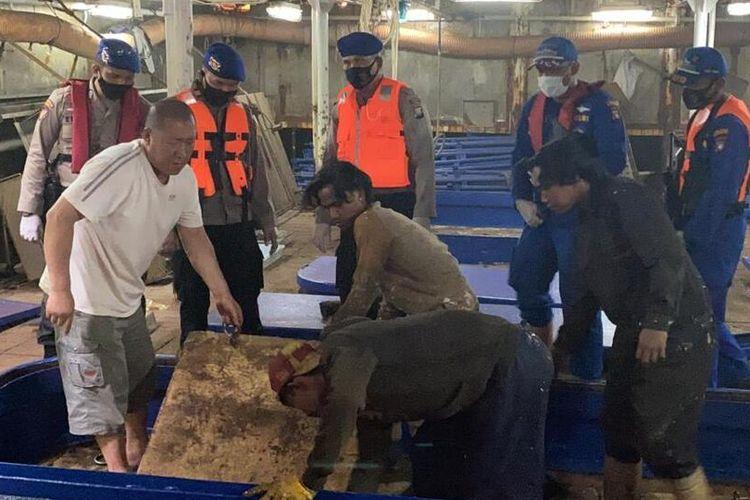 Indonesian authorities board the Chinese fishing vessels Lu Huang Yuan Yu 117 and Lu Huang Yuan Yu 118
