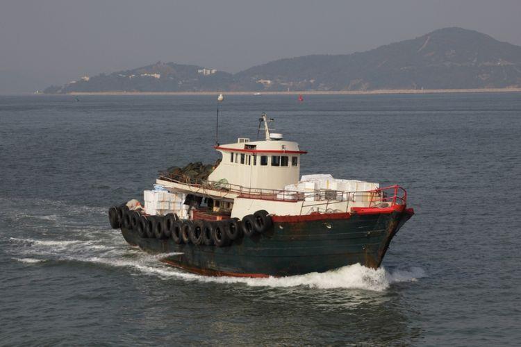Ilustrasi kapal menangkap ikan di laut lepas.