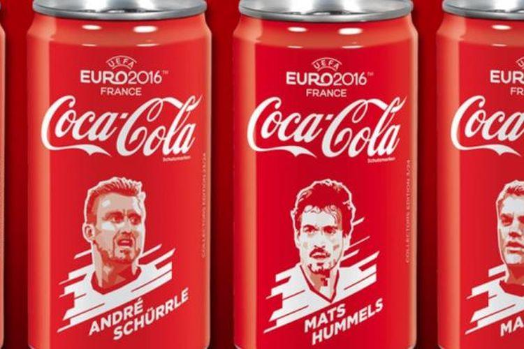 Terukir sketsa para pemain tim nasional Jerman di kemasan Coca Cola selama Piala Eropa.