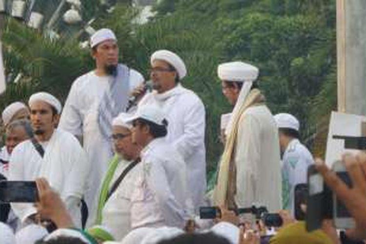 Imam Besar Front Pembela Islam (FPI) Habib Rizieq saat berorasi di depan demonstran anti-Partai Komunis Indonesia (PKI) di depan Istana Merdeka, Jakarta, Jumat (3/6/2016).