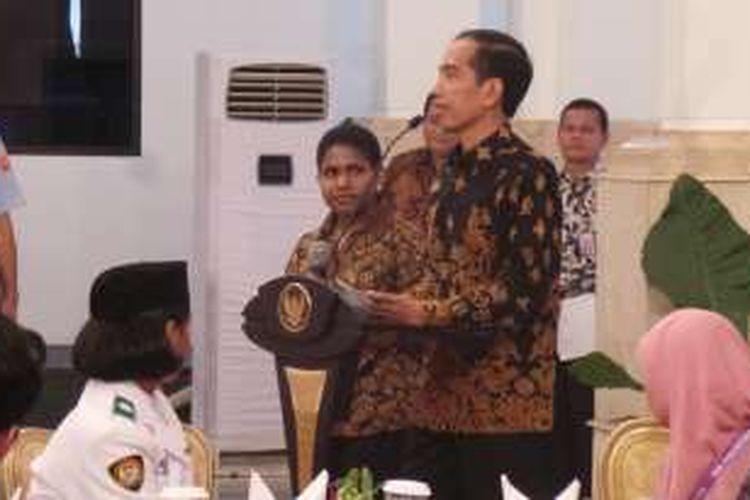 Presiden Joko Widodo bersama siswi berprestasi asal Nduga, Alvionita Kagoya, di Istana Negara,  Jakarta,  Kamis (18/8/2016).