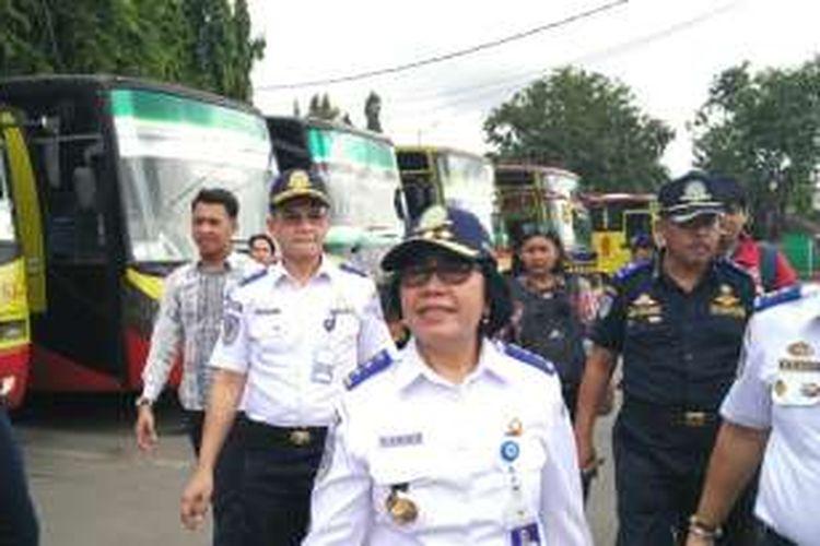 Kepala Badan Pengelola Transportasi Jabodetabek (BPTJ) Elly Adriani Sinaga saat meninjau bus-bus AKAP di Terminal Kalideres, Jakarta Barat, Jumat (23/12/2016).