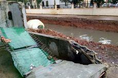 Pagar Rumah Warga Roboh Saat Proses Evakuasi Truk Molen di Kali Pamulang Berlangsung
