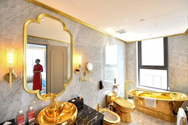 Tampilan kamar mandi yang didesain dengan lapisan emas 24 karat.