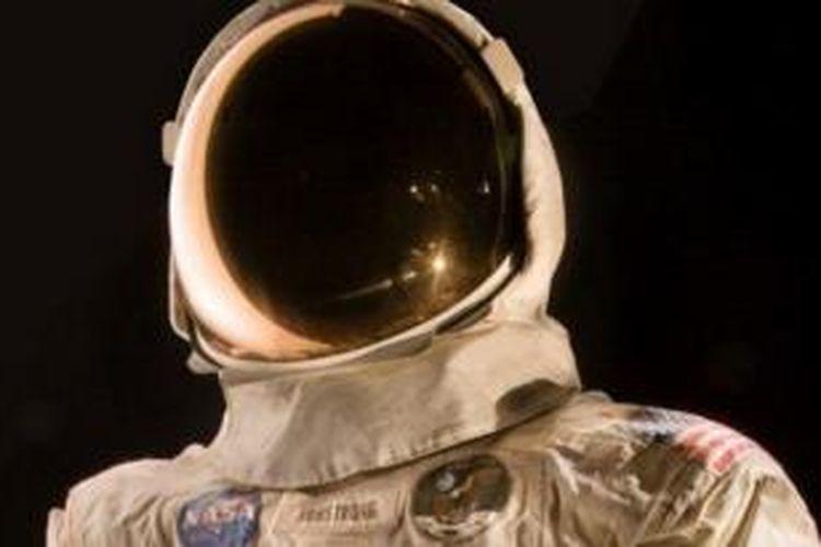 Baju Neil Armstrong ini tak lagi dipamerkan sejak 2006 karena kekhawatiran akan rusak.