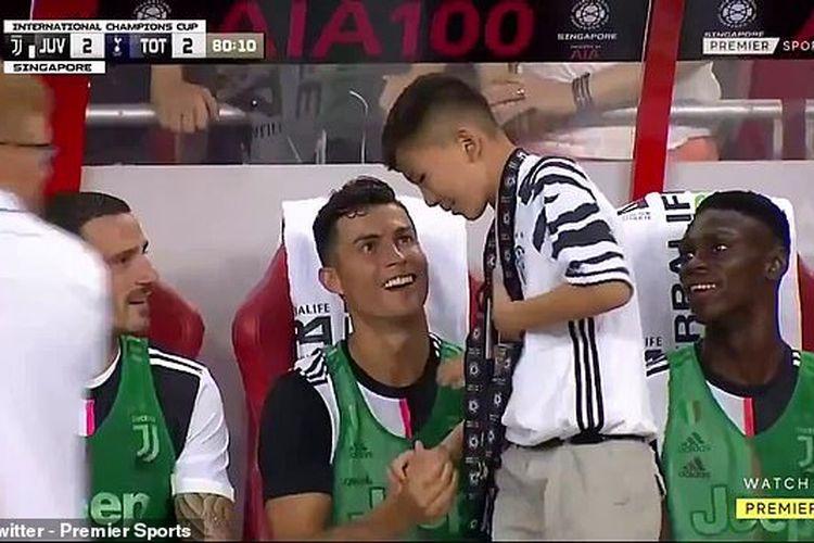 Megabintang Juventus, Cristiano Ronaldo, menyapa seorang bocah saat pertandingan International Champions Cup (ICC) 2019 kontra Tottenham Hotspur, di National Stadium, Minggu (21/7/2019).