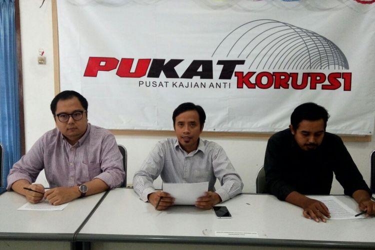 peneliti Pusat Kajian Anti Korupsi (Pukat) UGM , Zaenur Rahman (tengah) saat jumpa pers