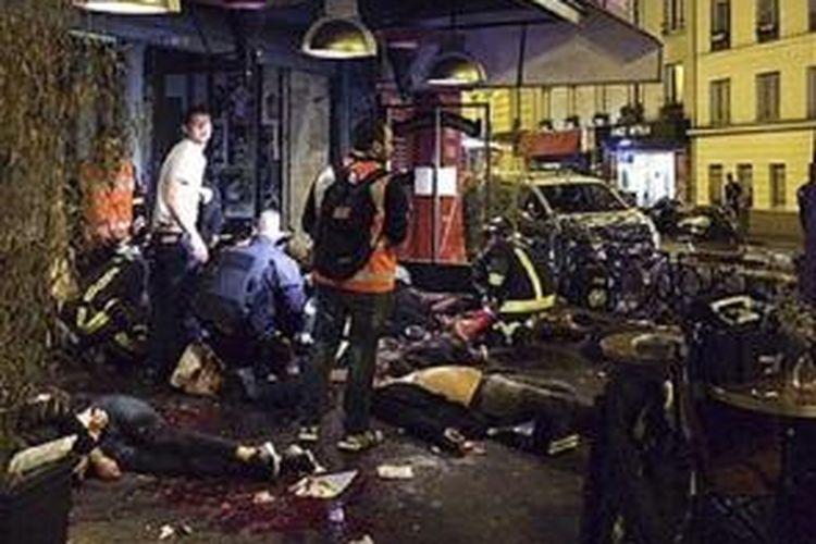 Korban tewa tergeletak bergemilangan di jalan paska penembakan di sebuah restoran dalam rangkaian serangan di ibokota Prancis, Paris, Jumat (13/11)