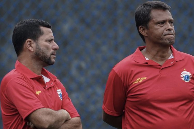 Asisten pelatih, Oswaldo Lessa (kiri), bersama Sergio Farias (kanan) pada sesi latihan Persija Jakarta, Sabtu (25/1/2020).