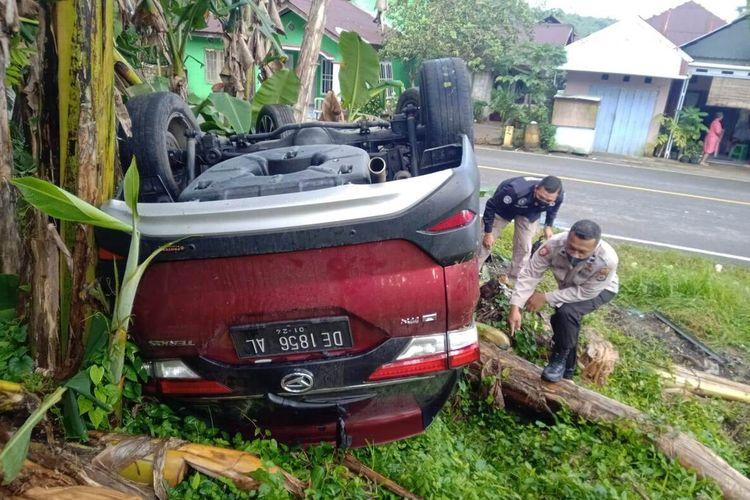 Sebuah mobil Daihatsu Terios terbalik di Jalan Raya Tulehu, Kecamatan Salahutu, Kabupaten Maluku Tengah, Selasa (28/9/2021).