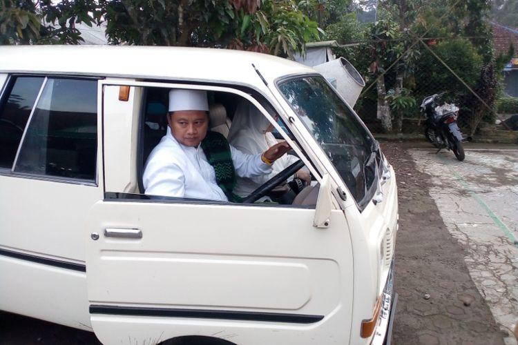 Uu Ruzhanul Ulum dengan mobil tua koleksinya saat tiba di TPS tempatnya mencoblos untuk Pilkada Jabar 2018, Rabu (27/6/2018).