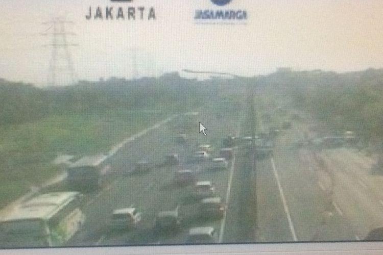 Kondisi Jalan Tol Jakarta-Cikampek ruas Kerawang Barat Kilometer 47+200 telah diberlakukan sistem One Way untuk mengurai Kepadatan Arus Balik Lebaran 2018, Selasa (19/6/2018).