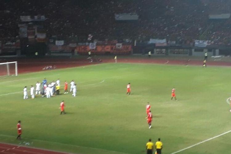 Suasana pertandingan timnas U-22 versus Persija di Stadion Patriot, Bekasi, Rabu (5/4/2017).