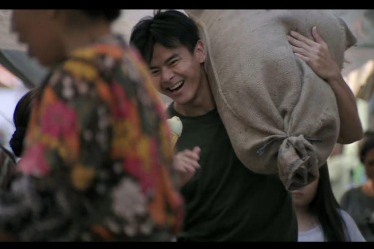Aktor Dion Wiyoko bermain dalam film Terbang, Menembus Langit.