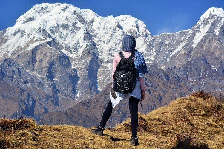 Ilustrasi seorang pendaki di pegunungan Himalaya.
