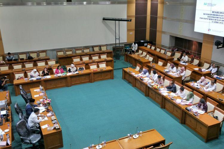 Rapat Dengar Pendapat Komisi II DPR dengan Kementerian Pemberdayaan Perempuan dan Perlindungan Anak di Kompleks Parlemen, Senayan, Jakarta, Senin (16/4/2018).