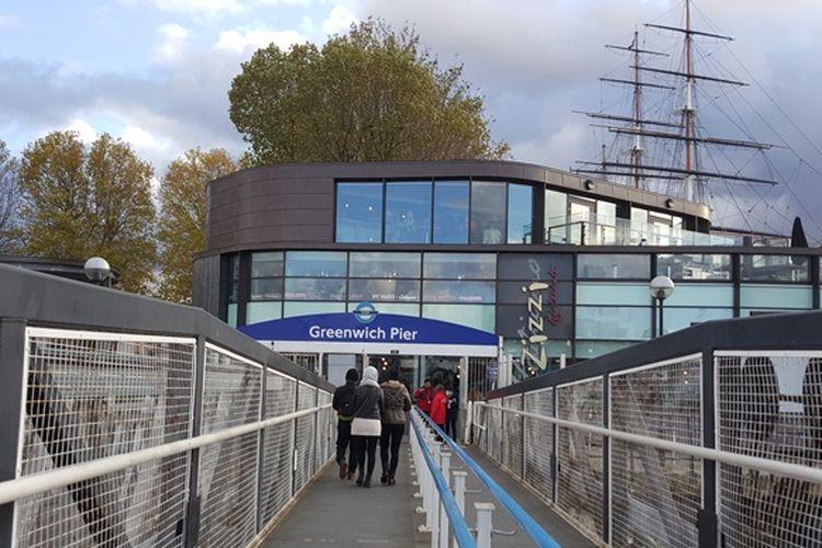 Greenwich Pier, pintu masuk ke Greenwich, London, untuk para pengunjung yang datang dengan cruise tour dari Westminster Pier dan St Katharine Pier. Tiang layar Cutty Sark terlihat menjulang di balik dermaga ini.