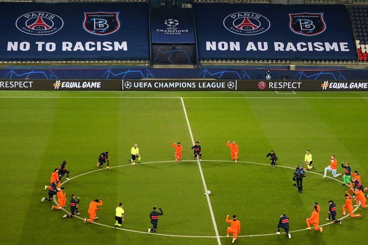 Pemain dan wasit berlutut di lapangan melawan rasialisme sebelum pertandingan Grup H Liga Champions UEFA antara Paris Saint-Germain (PSG) vs Istanbul Basaksehir FK di Stadion Parc des Princes, Paris, pada 9 Desember 2020.