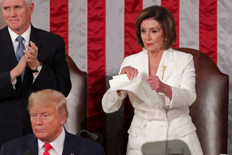 Ketua House of Representatives (DPR AS) Nancy Pelosi merobek dokumen pidato kenegaraan (State of the Union) Presiden Amerika Serikat (AS) Donald Trump dalam sesi gabungan Kongres AS di Capitol Hill, Washington, pada 4 Februari 2020.