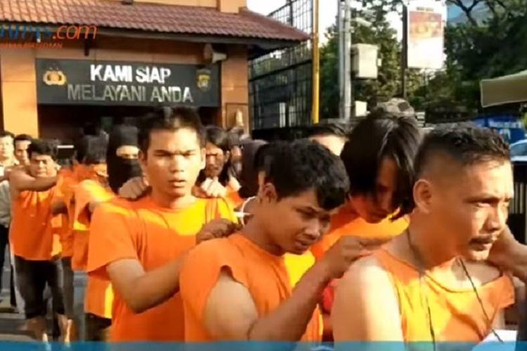 Sejumlah tersangka pelaku kerusuhan di kawasan Slipi dan Petamburan, Jakarta Barat, Rabu (22/5/2019) yang berhasil ditangkap polisi.