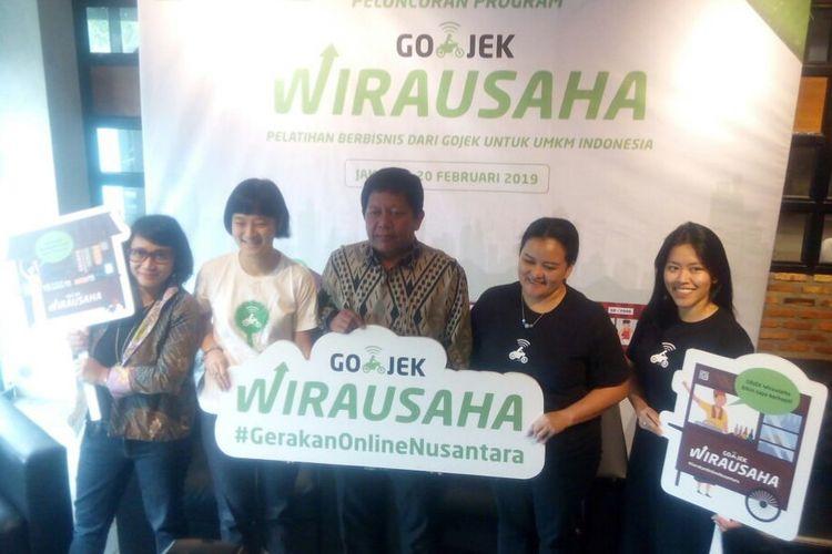 Chief Commercial Expansion Go-Jek, Catherine Hindra Sutjahyo (kedua kiri) dan Vice President Publi Affairs Go-Jek, Astrid  Kusumawardhani (kanan) berfoto bersama dalam peluncuran  Go-Jek Wirausaha di Jakarta, Rabu (20/2/2019).