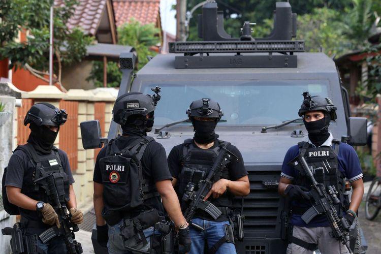 Petugas Densus 88 tengah berjaga di sekitar rumah terduga teroris di Kawasan Perumahan Kunciran Indah, Pinang, Tangerang, Banten, Rabu (16/05/2018). Sejumlah barang bukti dan tiga orang terduga teroris telah diamankan tim Densus 88 Antiteror Polri.