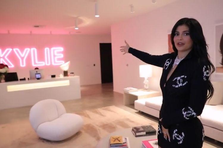 Kylie Jenner dalam vlog tur kantornya.