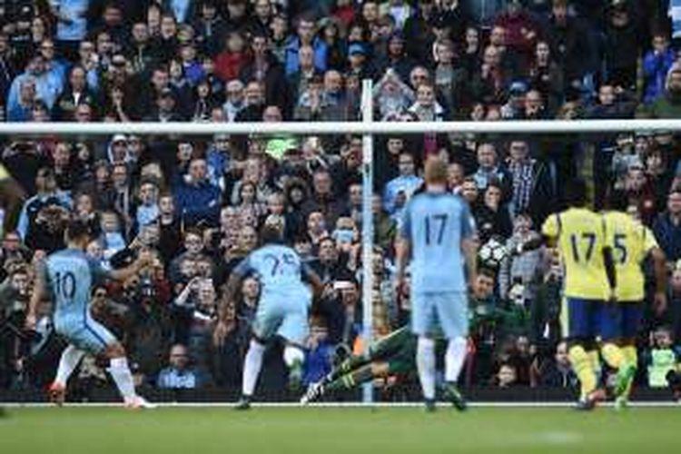 Sergio Aguero gagal mengeksekusi penalti saat Manchester City melawan Everton pada partai lanjutan Premier League di Stadion Etihad, Sabtu (15/10/2016).