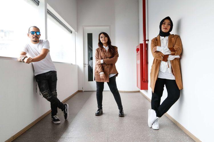 Band KotaK saat berkunjung ke Kantor Redaksi Kompas.com, Jakarta, Selasa (14/7/2020). KotaK diketahui baru merilis singel terbaru mereka berjudul Hoax. Sebuah lagu yang berisi pesan agar masyarakat tidak ikut menyebarkan berita-berita bohong atau hoaks.