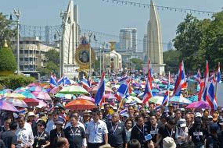 Ribuan orang memadati jalan-jalan utama di ibu kota Thailand, Bangkok, Senin (4/11/2013), memprotes Undang-undang Amnesti yang disahkan pemerintah.