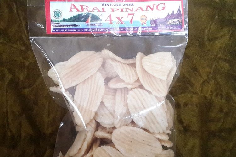 Arai pinang, keripik gurih dengan garis-garis simetris, kudapan khas Padang yang bisa didapat di toko oleh-oleh selama libur Lebaran 2017