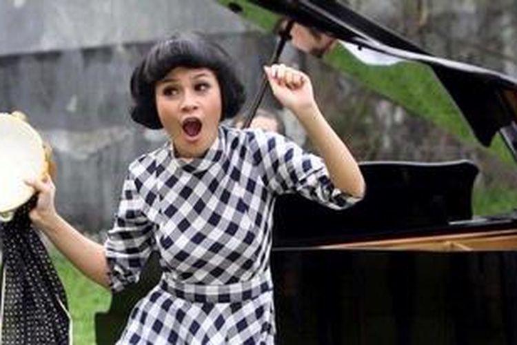 Penyanyi Andinie Aisyah Haryadi atau yang lebih dikenal dengan nama Andien menjalani pengambilan gambar klip video lagunya yang berjudul Bernyanyi Untukmu di kawasan Bintaro, Pesanggrahan, Jakarta Selatan, Senin (11/2/2013). Lagu Andien itu direncanakan untuk mengisi soundtrack film terbaru Luna Maya, Pintu Harmonika.