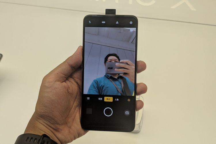 Kamera depan Realme X mengusung desain pop-up.